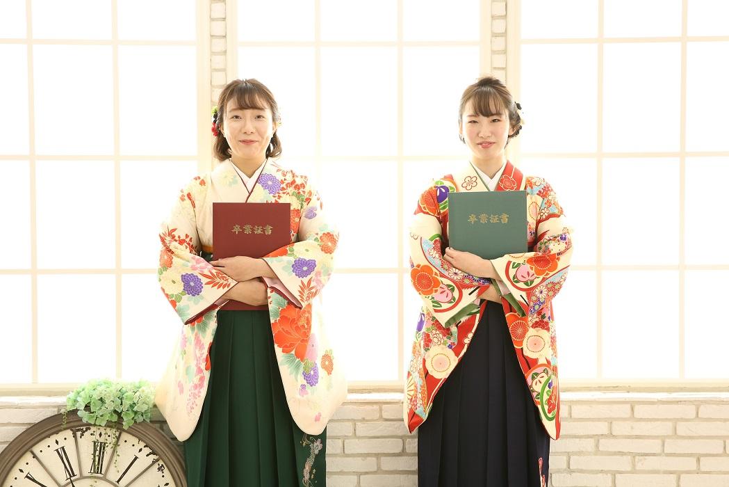 マリリンハウス(右)着物-381 平祐奈/袴-246 (左)着物-351 山本美月/袴-222